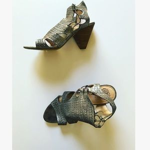 <NEW> Vince Camuto Thick Heeled Metallic Sandals